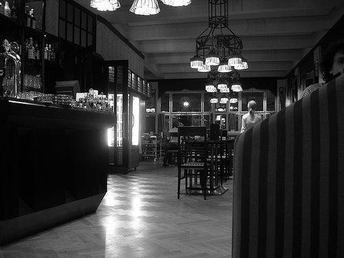 Historisk sett var de europeiske kafeene og kaffehusene det første rommet for opplyst offentlig debatt. Her Grand Cafe Orient i Praha. (foto: pixie_bebe. CC: by-nd).