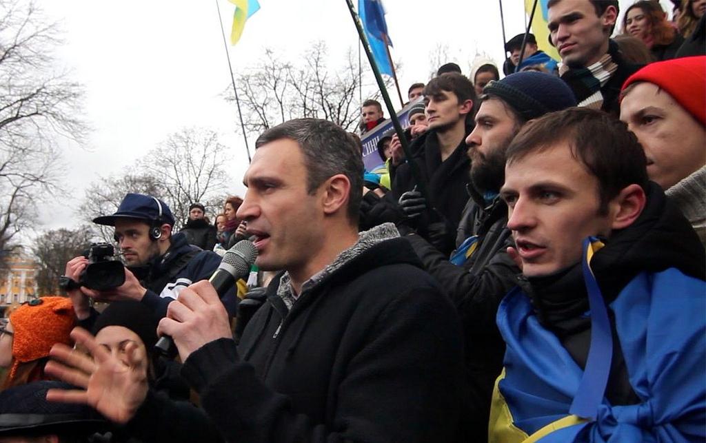 Vitalij Klitsjko snakker med demonstrerende studenter i Kiev i november 2013.