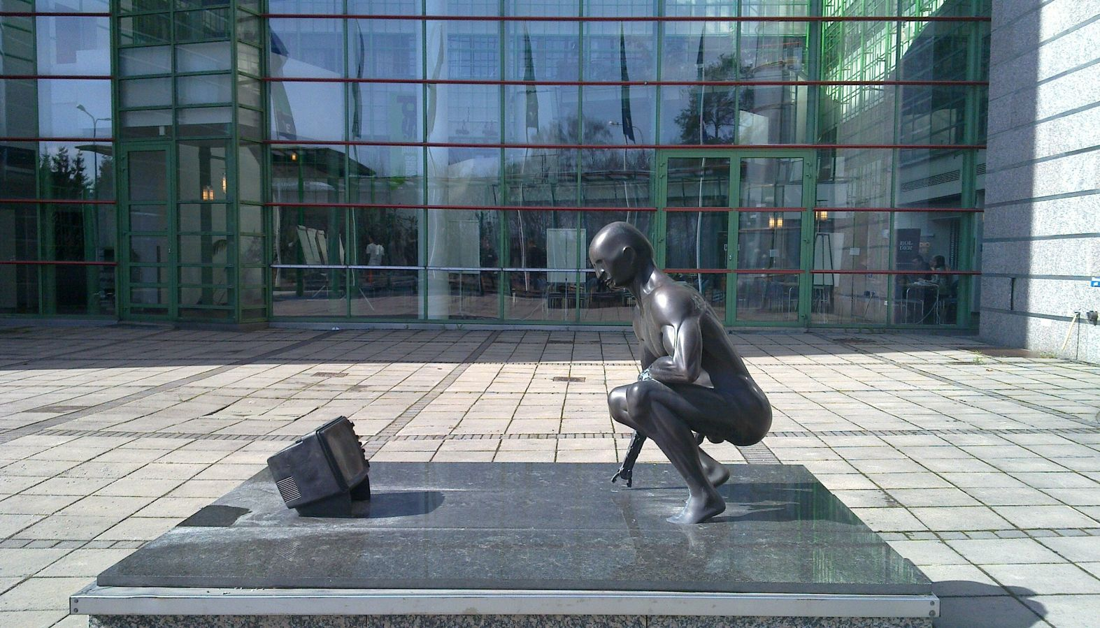 Skulptur utenfor Yles hovedkontor i Helsingfors.