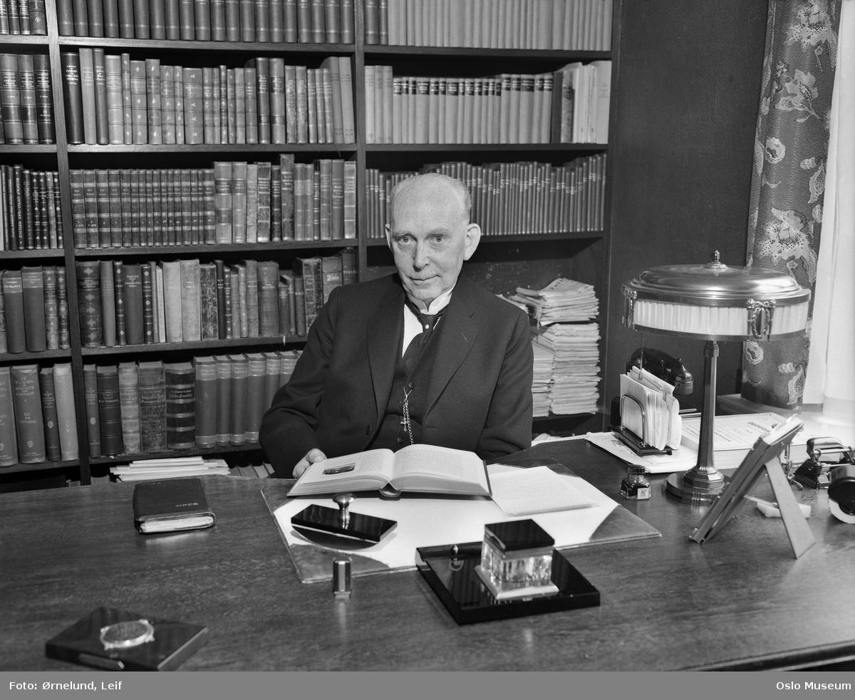 Ole Hallesby fotografert i sitt hjem i 1949.