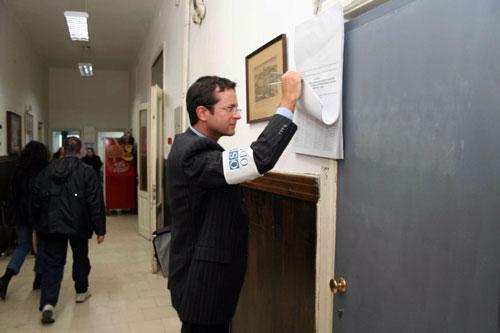 En observatør fra OSSE sjekker en valgliste utenfor et valglokale i Beograd (foto: OSSE/Urdur Gunnarsdottir)