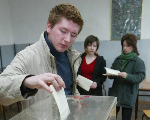 En ung mann i Beograd avgir sin stemme i parlamentsvalget (foto: OSSE/Milan Obradovic)
