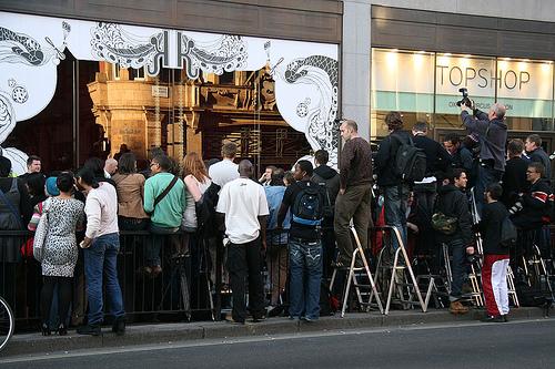 Stor interesse for lanseringen av Kate Moss' kolleksjon for Topshop i London, juni 2007 (foto: Loungefrog, CC: by)