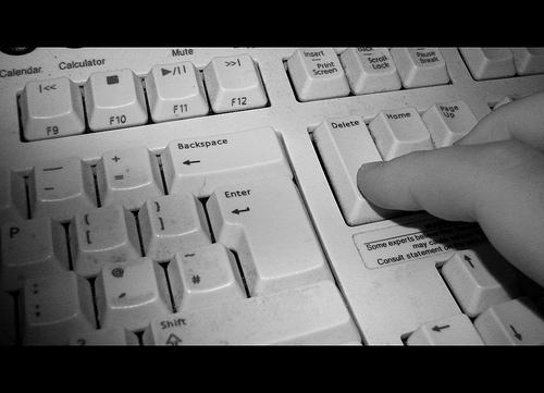 Finger trykker delete-knappen (foto: fishyfish_arcade)