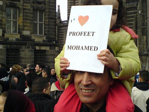Protest av den fredelige typen mot Muhammed-karikaturene i Amsterdam februar 2006.