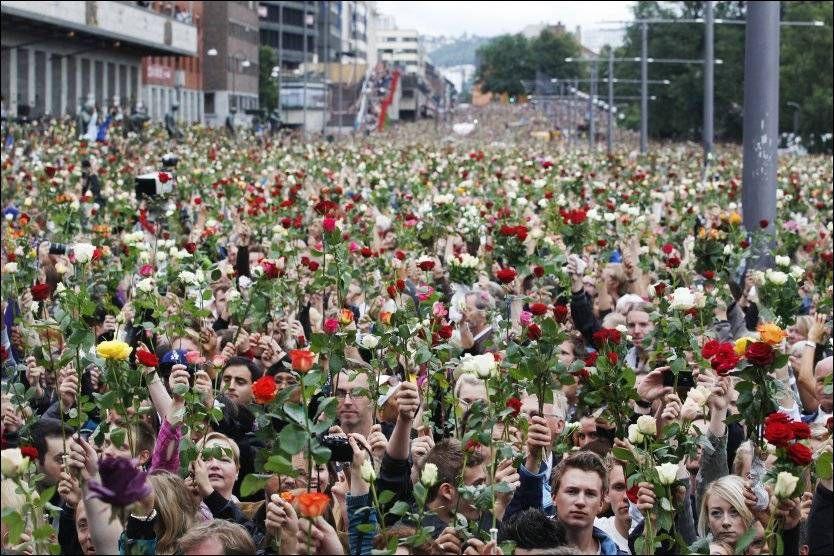 Billede 7. Fotografi af omkring 250.000 mennesker som samlede i Oslo for at mindes ofrene efter terrorangrebet 22/7. Foto: Scanpix
