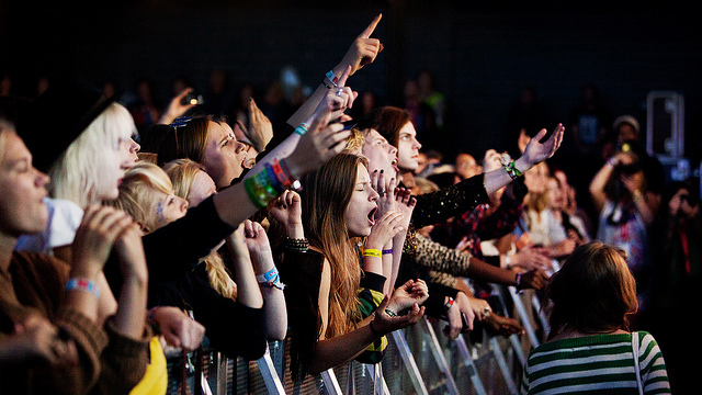 Fans synger med Lykke Li under Øyafestivalen 2011 (foto: NRK P3, CC:by-nc-sa)