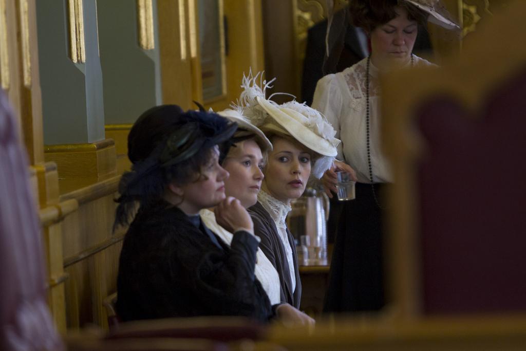 Skuespillerne Laila Goody, Cecilie Lundsholt, Petronella Barker og Elisabet Topp i lagtingssalen under arrangementet om stemmerettsjubileet 11. juni 2013 (foto: Stortinget. CC:by-nd)