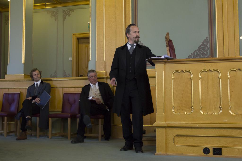 Skuespillerne Anders Rummelhoff, Kai Remlov og Bernhard Arnø levendegjør de historiske talene i Stortinget, 11. juni 2013 (foto: Stortinget. CC:by-nd).