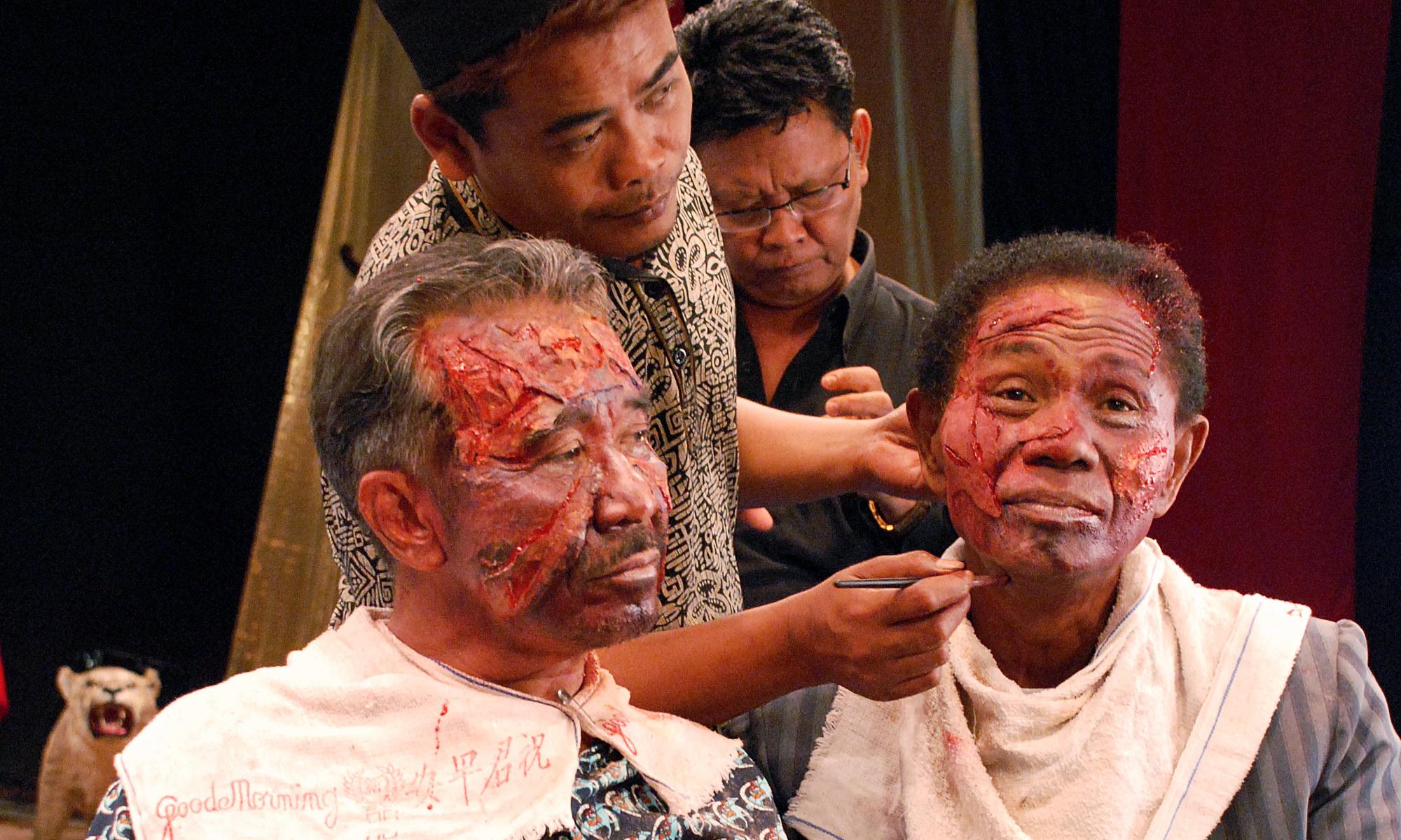 Rekonstruksjonene blir stadig mer avanserte. Her  sminkes Anwar (t.h.) for å spille et offer for tortur og mishandling