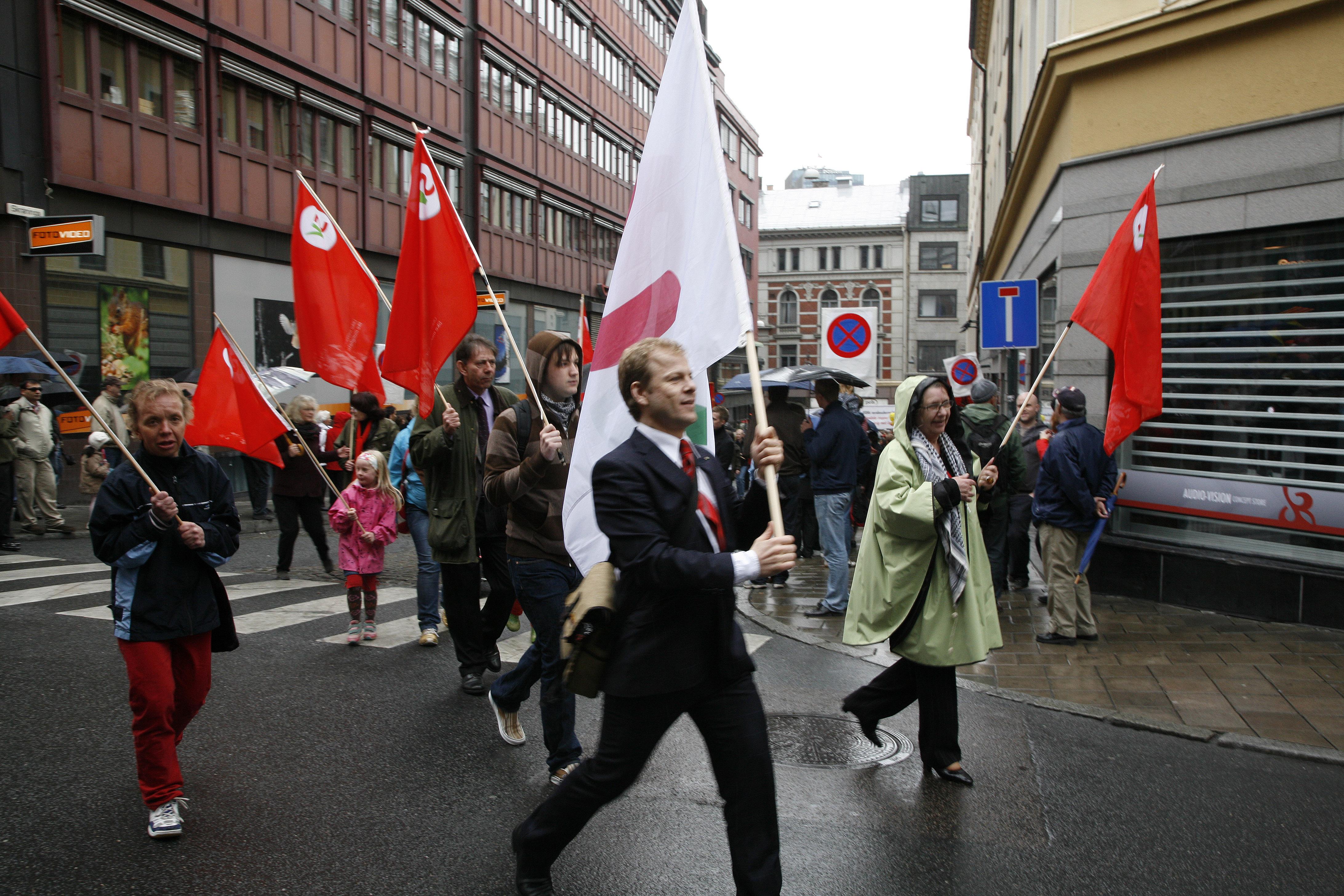 Heikki Holmås og andre frå SV i demonstrasjon. (Foto: Tore Netland/SV)