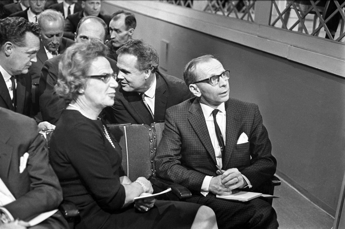 Norsk offentlighet i aksjon. TV-debatt om idrett i Centralteatret i november 1965.