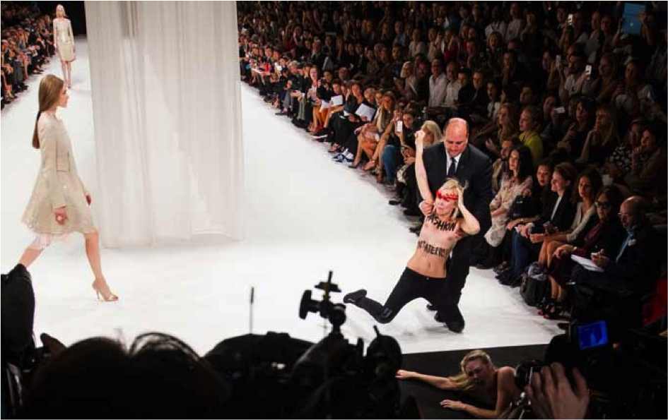 Femen demonstranter på Ricci catwalk i Paris