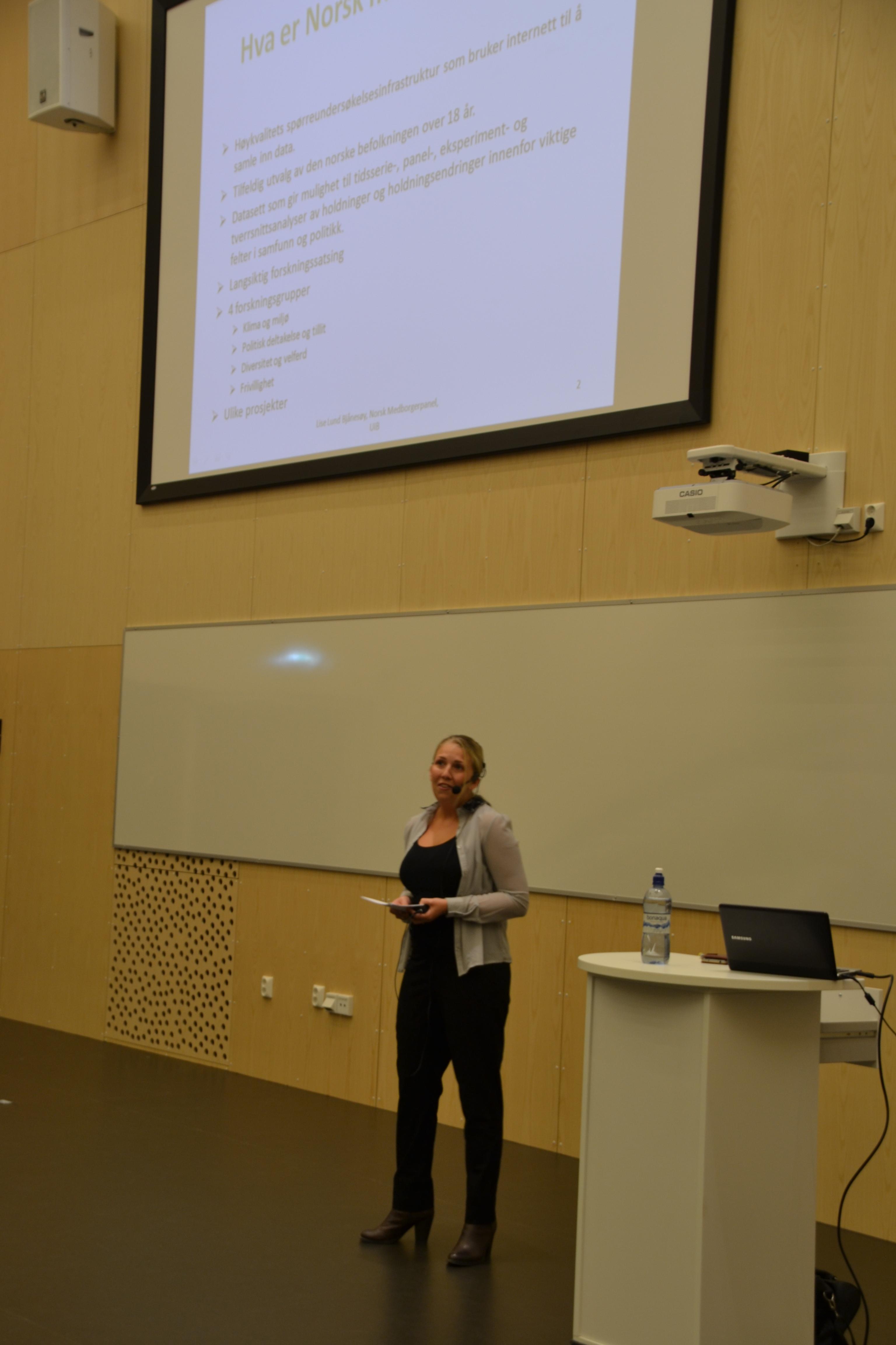 Lise Lund Bjånesøy presenterer Norsk medborgerpanel for 300 elever ved Amalie Skram videregående skole