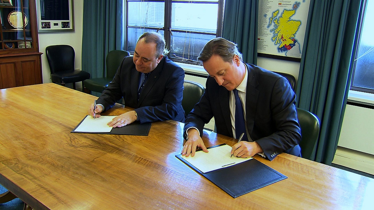 Alex Salmond (t.v) og David Cameron signerer avtalen om folkeavstemningen i oktober 2012.