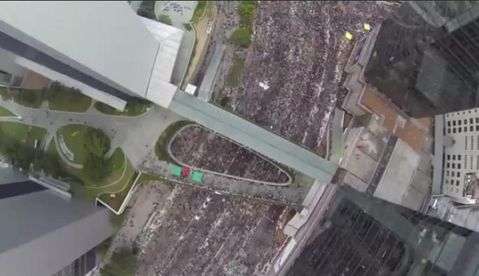 Protestene i Hongkong i fugleperspektiv (kilde: theguardian.com)