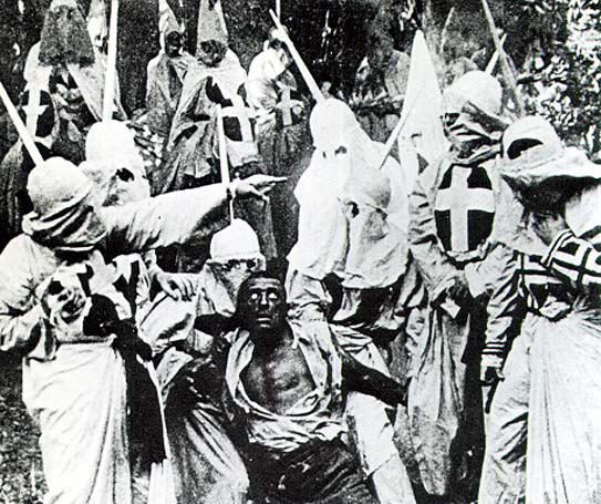 Scene fra filmen. Ku Klux Klan fanger den svarte mannen Gus, som spilles av den hvite skuespilleren Walter Long i blackface. (Foto: Wikimedia Commons)