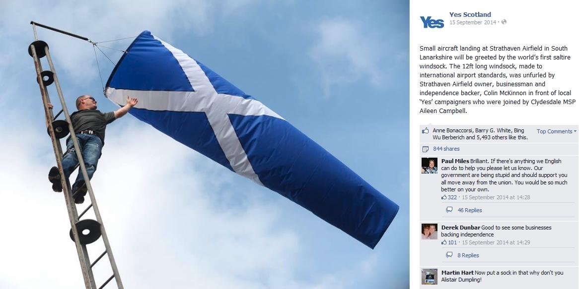 Historiens første flyplass-vindpølse i det skotske flaggets farger. Bilde lagt ut på Yes Scotlands Facebook-side 15. september 2014.