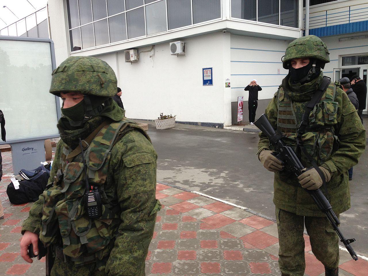 "De ""små grønne menn"". Russiske soldater uten kjennetegn tar kontrollen over Simferopol flyplass på Krim-halvøya 28. februar 2014 (foto: VOA/Wikimedia Commons)"