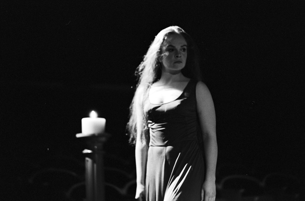 """Anne Marit Jacobsen i Nationaltheaterets oppsetning av Georg Büchners """"Leonce og Lena"""", 1972."""