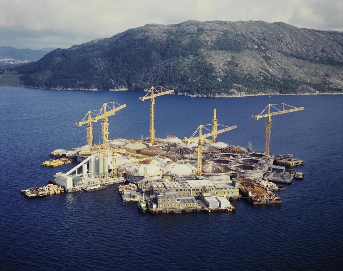 Bygging av oljerigg i Gandsfjorden (årstall ikke oppgitt).