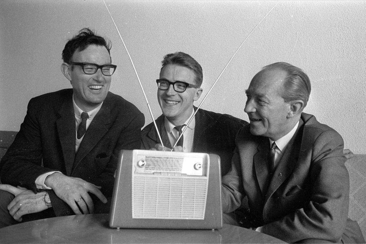 Radiostemmer bak en Kurer i mai 1965: F.h. Kjell Thue, Johan Vigeland, Jon Anders Helseth.