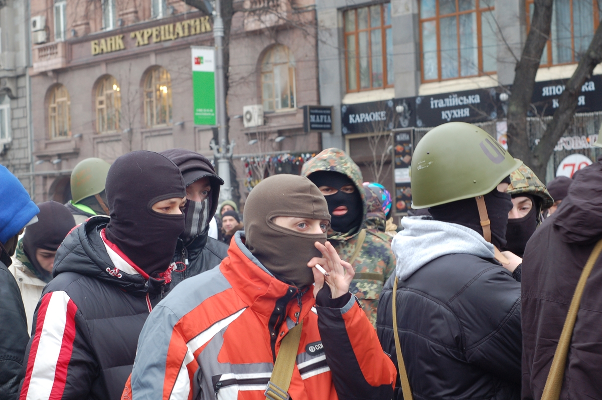 17. januar 2014:  En gruppe tilhengere av en av Ukrainas høyreorienterte grupper fotografert rett utenfor barrikadene på Majdanplassen. (foto: Harald Hoff)