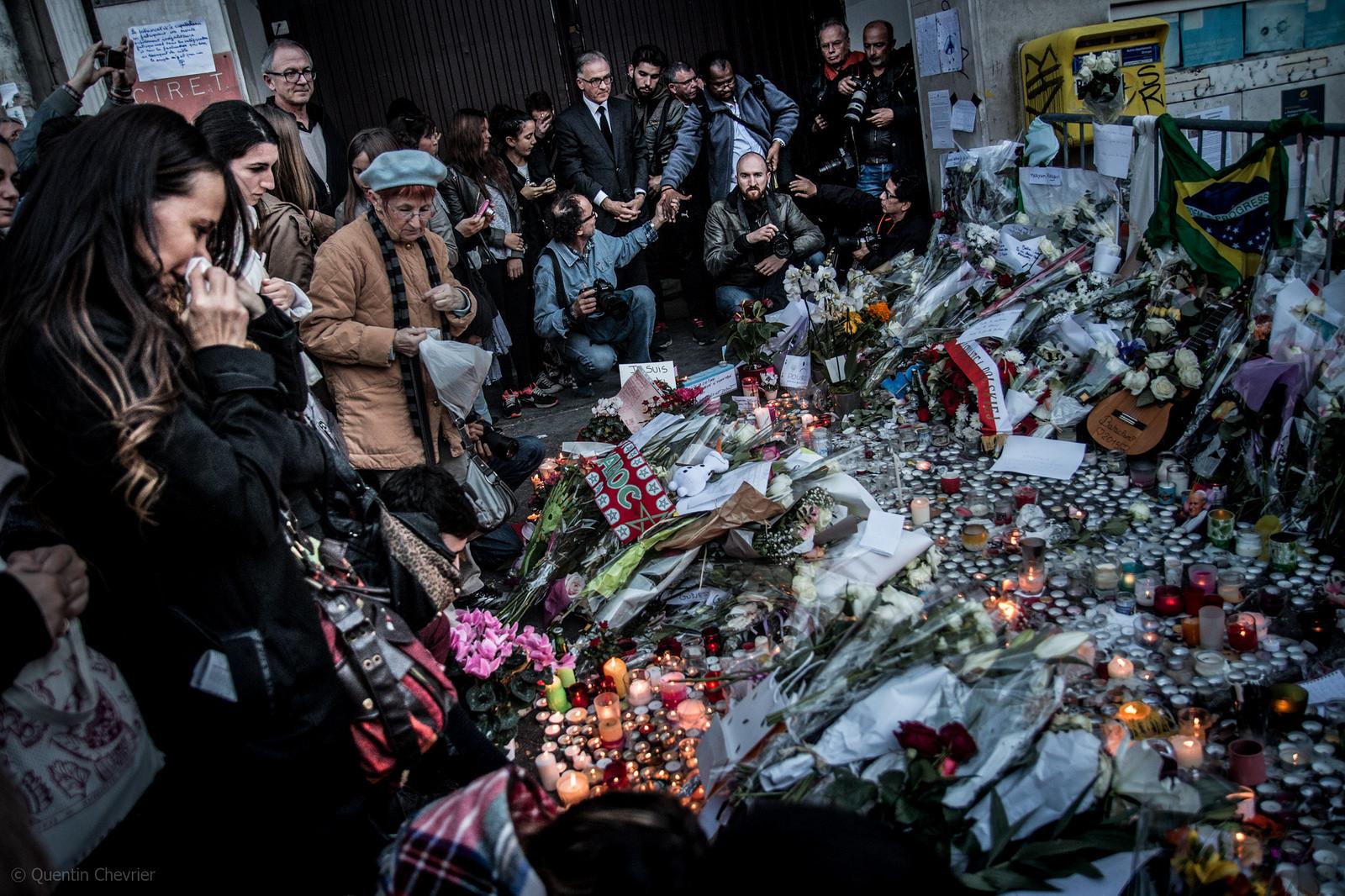 Utenfor konsertlokalet Bataclan i Paris 15. november 2015. 13. november drepte terrorister 89 mennesker i Bataclan.