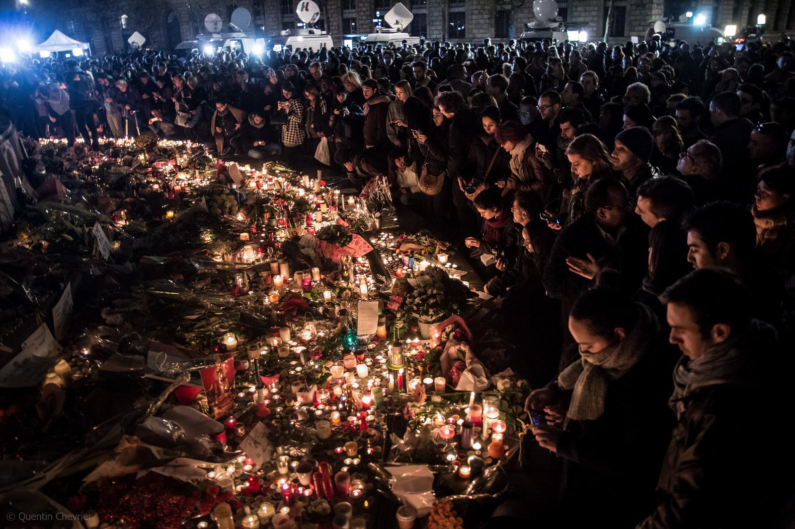 15. november 2015: Folk samles på Place de la République i Paris for å minnes ofrene i terrorangrepet to dager tidligere.