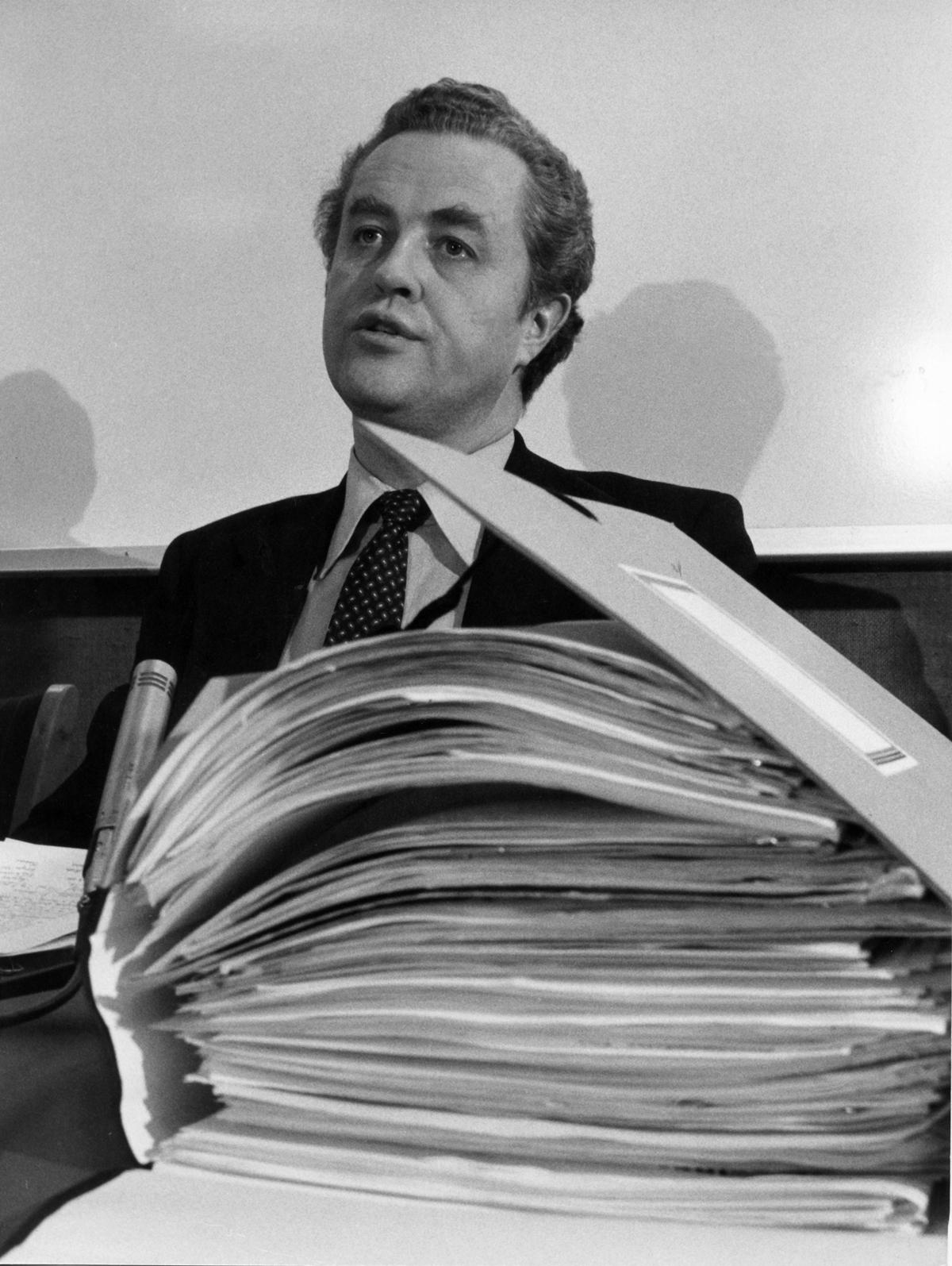 Oslo 16. desember 1981: Kulturminister Lars Roar Langslet offentliggjør hvem som skal få drive forsøksvirksomhet med nærradio. Dokumentbunken foran ham er alle søknadene om nærradiodrift. Foto: Bjørn Sigurdsøn / NTB scanpix