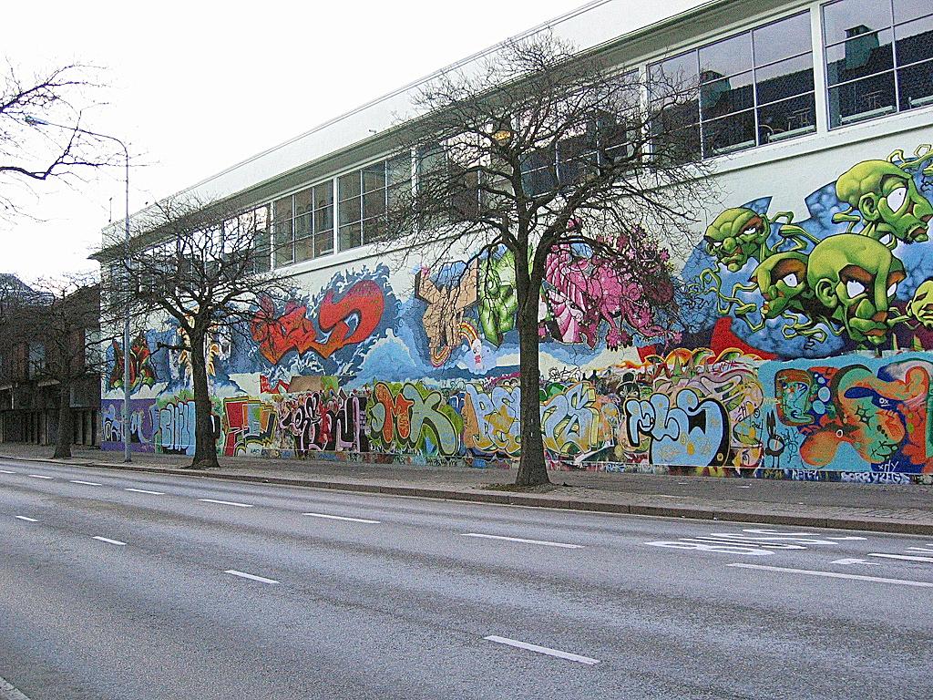 Fra september 2003 til 2004 var baksiden av Bergen Kunsthall dekket med piecer.