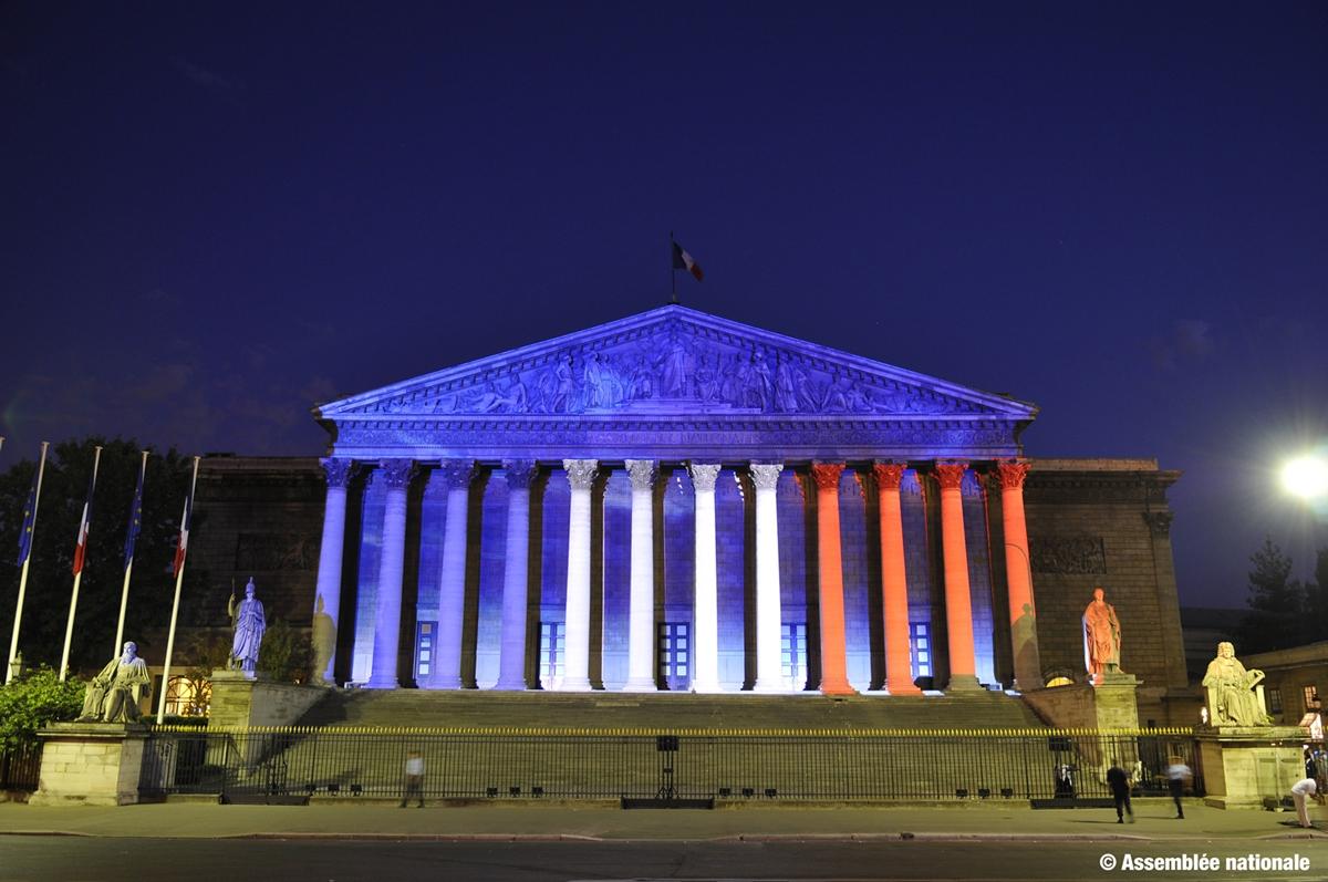 Den franske nasjonalforsamlingen - Assemblée Nationale - lyst opp i trikolorens farger. (Foto: assemblee-nationale.fr)