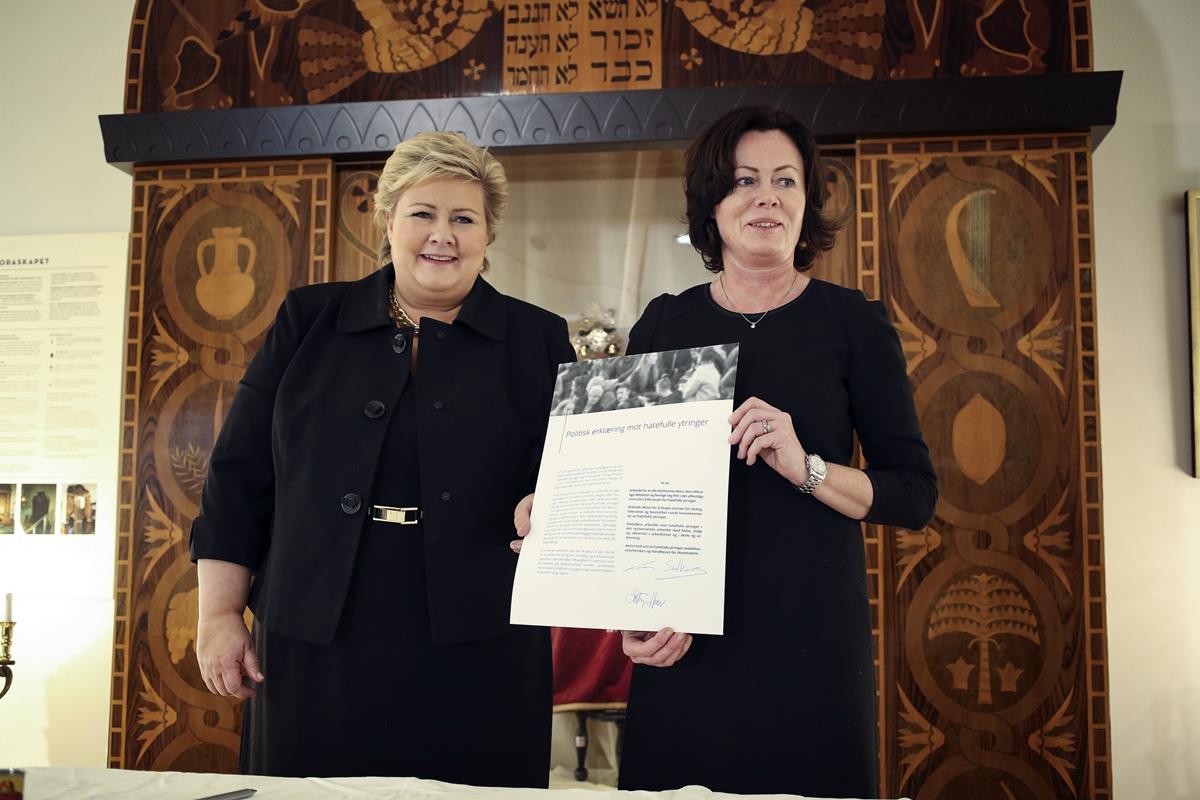 Statsminister Erna Solberg og statsråd Solveig Horne presenterer erklæring mot hatefulle ytringer 26. november 2015.