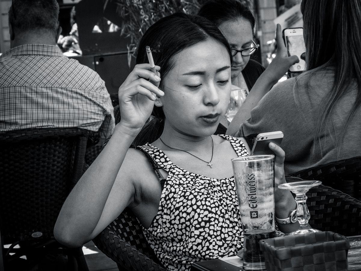 En øl, en sigarett - men ikke en avis. Nyheter snart bare på smarttelefonen?