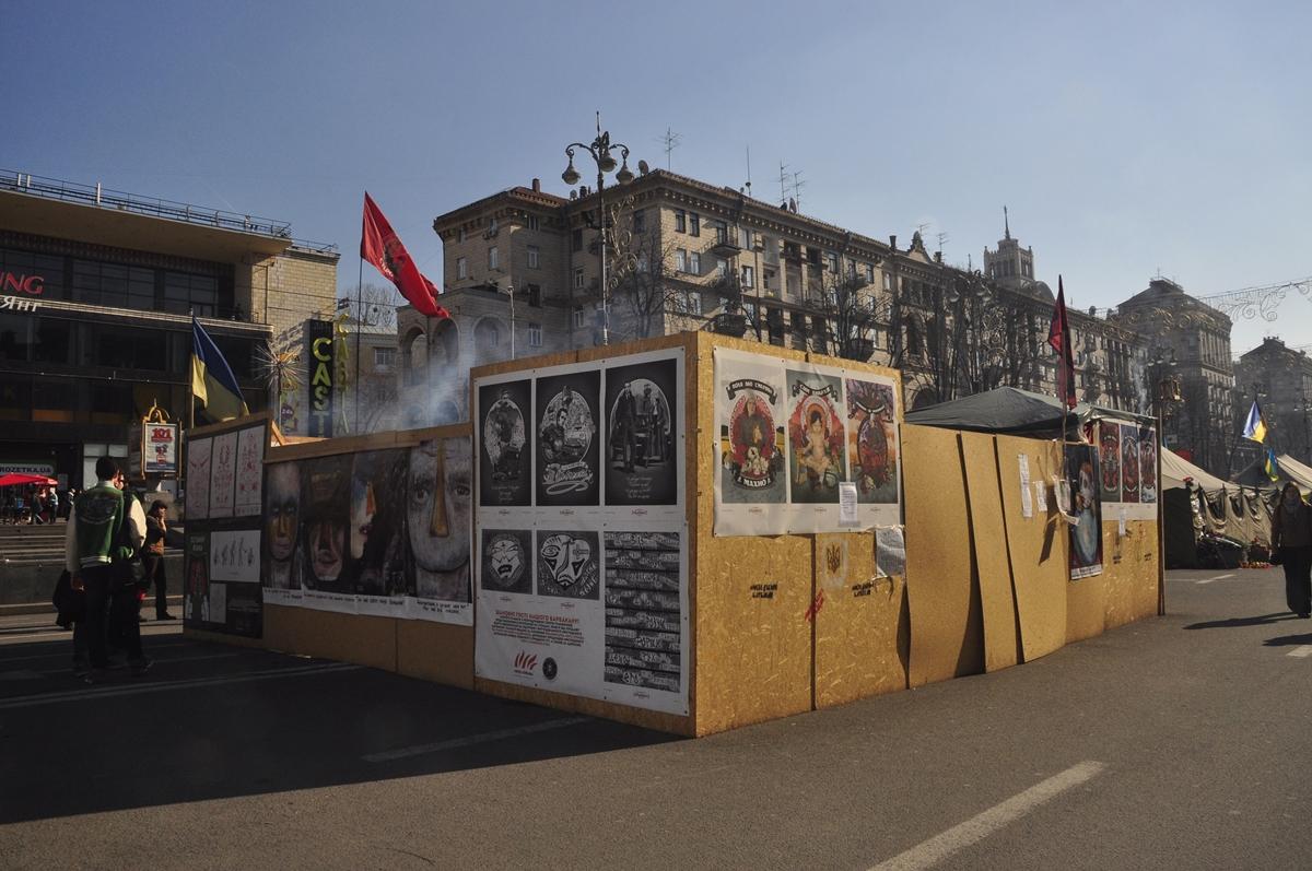 Barbakan - kunstfestningen under Majdan-opprøret. Bilde fra 11. mars 2014. (Foto: Alex Zakletsky)