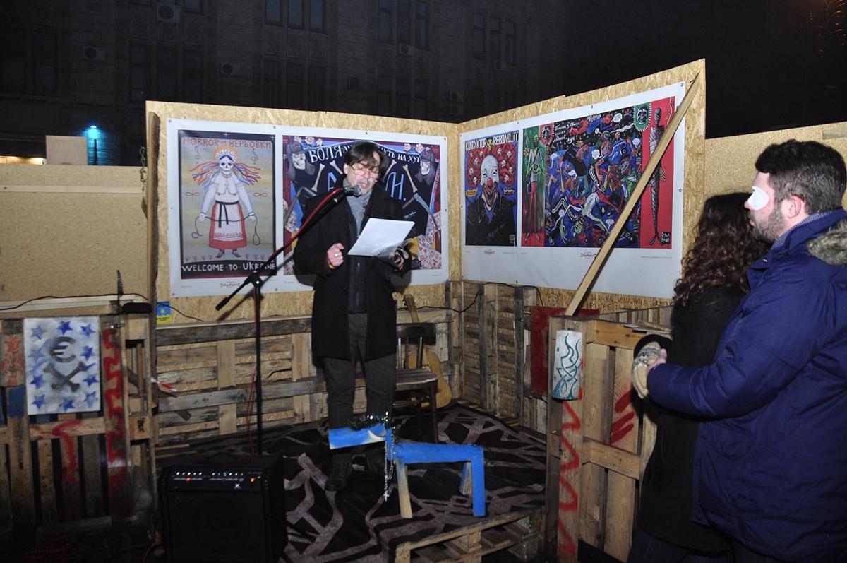 Opplesning under opprøret: Jurij Andrukhovytsj leser poesi på Majdan-plassen i februar 2014 (foto: Alex Zakletsky)