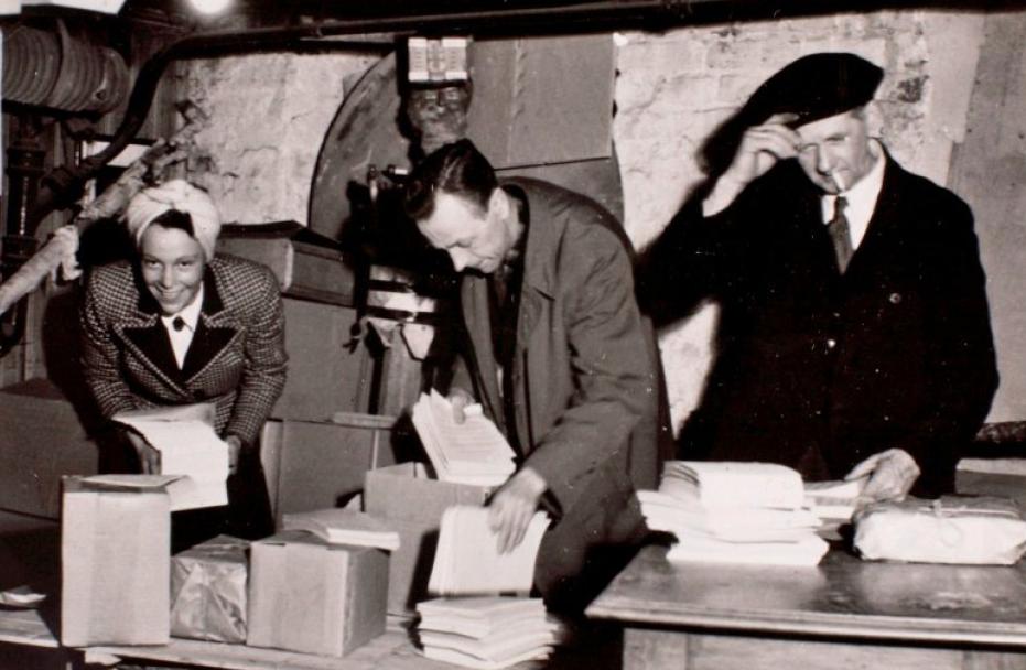 Pakking av illegale aviser i en kjellerleilighet i Oslo. (foto: Norges Hjemmefrontmuseum)