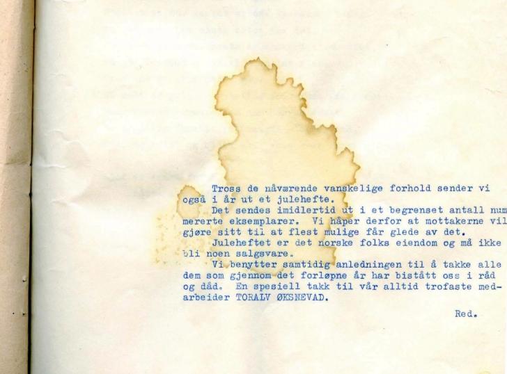 """I julenummeret til den Porsgrunns-baserte illegale avisen """"Alt for Norge"""" i desember 1942 takkes Toralv Øksnevad, også kjent som """"Stemmen fra London"""". Under krigen var Øksnevad ankermann i BBCs norske radiosendinger fra London, og kom til å bli en kjent og kjær stemme som bidro til å styrke den norske motstandsviljen. Bildet illustrerer også hvordan mange av de illegale avisene som er bevart bærer preg av å ha blitt sendt gjennom mange hender. (Kilde: UB Bergen - spesialsamlingene)."""