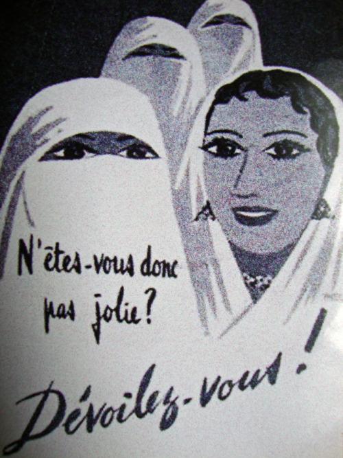 Propagandaplakat mot tildekking av kvinner brukt av den franske hæren i Algerie på slutten av 1950-tallet. (kilde: Slate.fr).