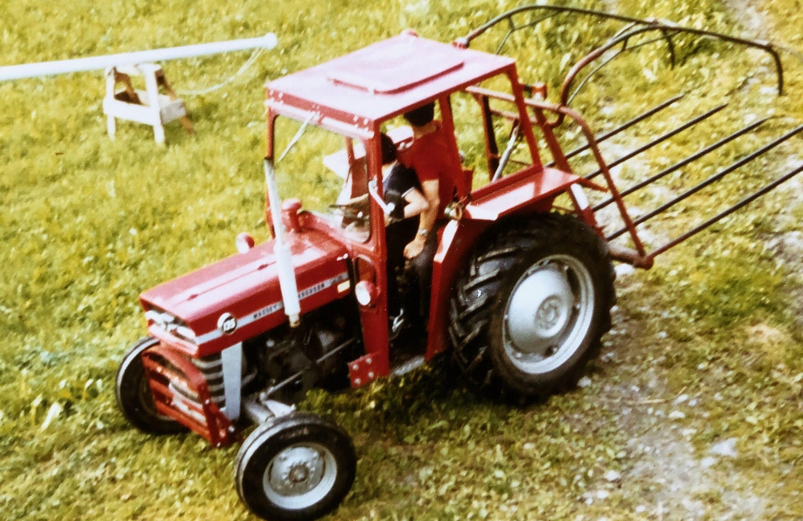 Lars køyrer traktor